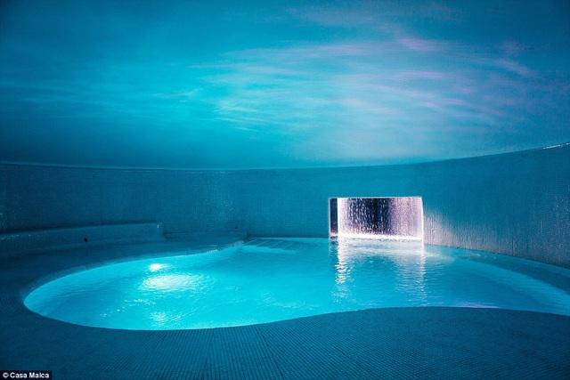 Một trong những điểm nhấn của khách sạn là hồ bơi ngầm và phòng xông hơi
