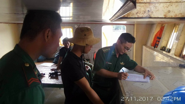 Lực lượng chức năng làm việc với những người có mặt trên xà lan
