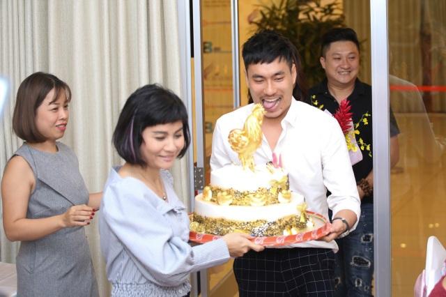 Vợ chồng Cát Phượng – Kiều Minh Tuấn cũng đã có mặt để chúc mừng và tổ chức sinh nhật lần thứ 48 cho anh. Mọi người đều chúc anh tuổi mới thật nhiều sức khỏe để có thể tiếp tục cống hiến cho nghệ thuật.