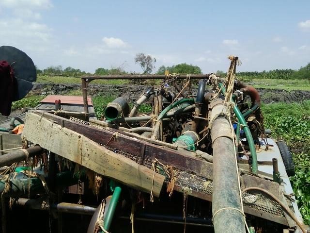 Phương tiện khai thác cát của nhóm đối tượng trên sông Đồng Nai