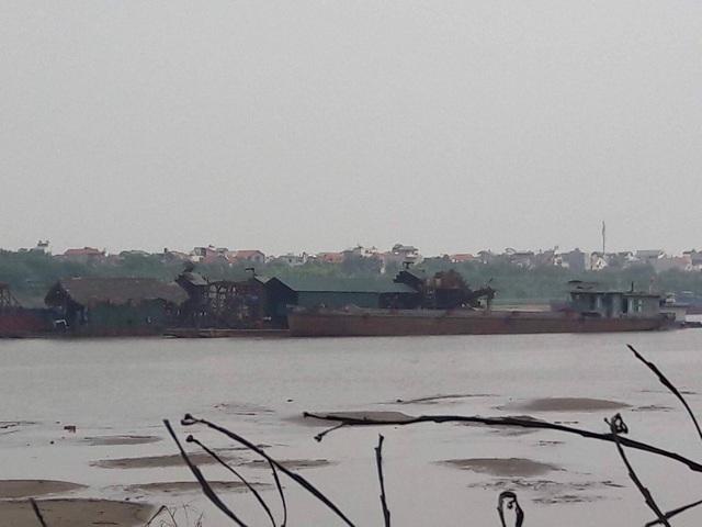 Vụ hàng loạt doanh nghiệp được Bộ GTVT cấp phép khai thác cát được tại Bắc Ninh đang tạo sóng dư luận khi người đứng đầu địa phương bị đe dọa vì chỉ đạo các DN ngừng hoạt động