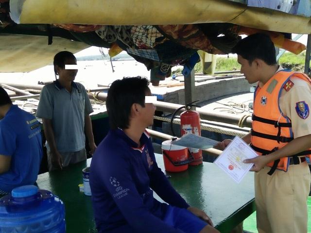 Các đối tượng đang khai thác cát trái phép trên sông Đồng Nai thì bị lực lượng CSGT bắt giữ