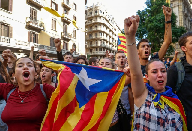 Những người biểu tình bên ngoài một đồn cảnh sát ở Barcelona, Tây Ban Nha hôm 2/10. (Ảnh: PBS)
