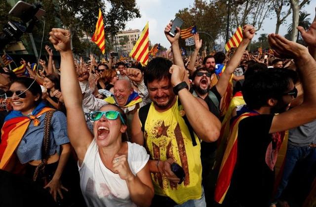 Người dân Catalonia tuần hành ăn mừng sau khi nghị viện khu vực tuyên bố độc lập (Ảnh: Reuters)