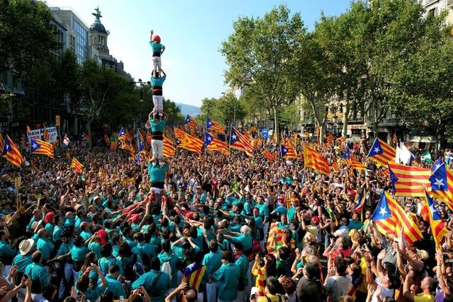 Người Catalonia xây tháp người trong khuôn khổ cuộc biểu tình đòi độc lập (Ảnh: ABC News)