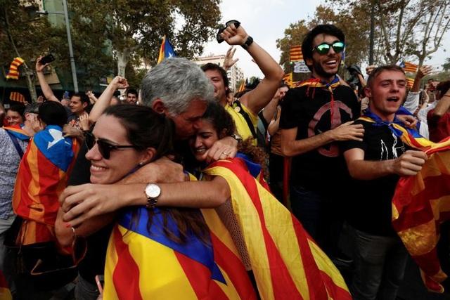 Họ trao nhau những cái ôm, nụ cười và những giọt nước mắt sau khi phong trào đòi độc lập kéo dài nhiều năm qua đã bước đầu có kết quả. (Ảnh: Reuters)