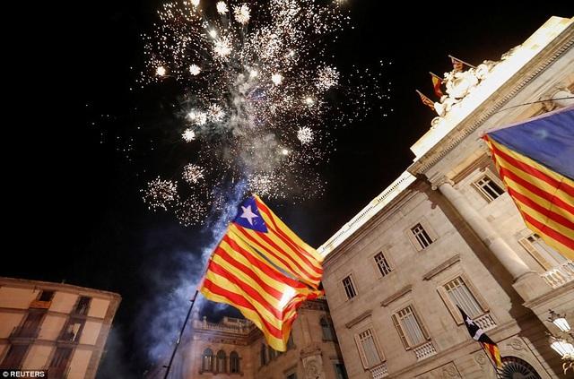 """Tuy nhiên, ngay sau quyết định """"táo bạo"""" của Catalonia, chính phủ trung ương Tây Ban Nha thông báo Thượng viện Madrid đã thông qua yêu cầu kích hoạt điều 155 trong hiến pháp nhằm tước quyền tự trị của xứ Catalonia và giải tán chính quyền của Thủ hiến Catalonia Carles Puigdemont cùng nghị viện, cũng như công bố mở cuộc bầu cử tại vùng lãnh thổ này vào tháng 12. (Ảnh: Reuters)"""