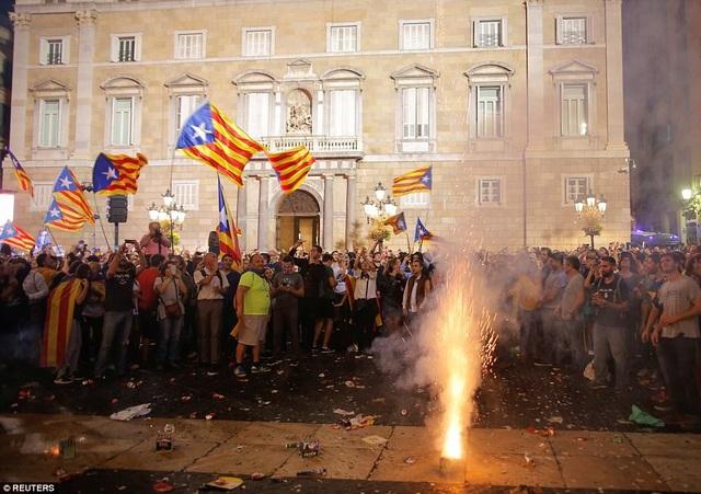 Nhóm người ủng hộ ly khai bắn pháo hoa ăn mừng độc lập bên ngoài một tòa nhà. (Ảnh: Reuters)