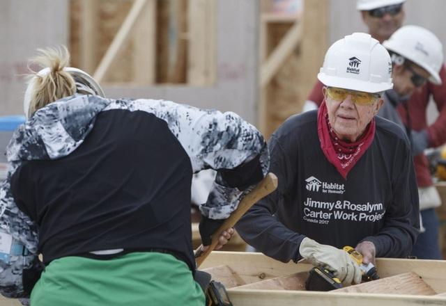 Cựu Tổng thống Jimmy Carter tham gia dự án xây nhà cho người nghèo ở Canada (Ảnh: CBC)