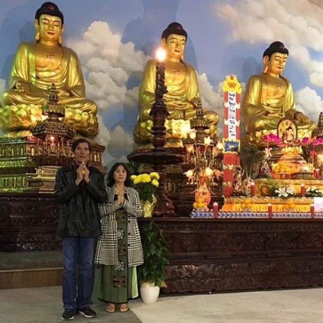 Lệ Hằng chia sẻ hình ảnh bố mẹ đi chùa tại Mỹ cầu bình an cho con gái đầu năm mới.