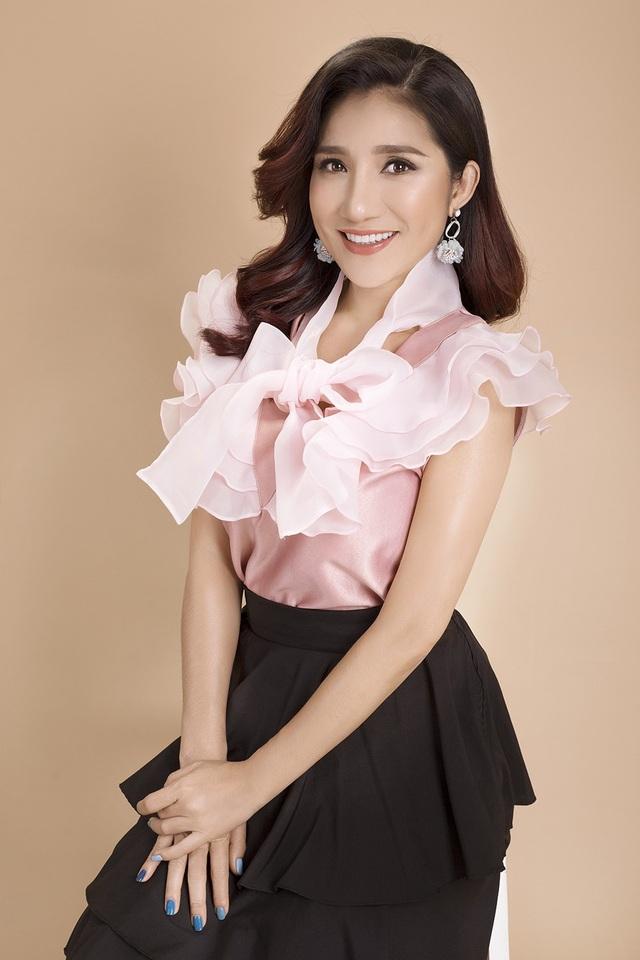 Chọn cho mình phong cách thanh lịch, gợi cảm, cô trở nên rạng rỡ, tươi vui hơn hẳn trong chiếc áo hồng phối bèo nhún.