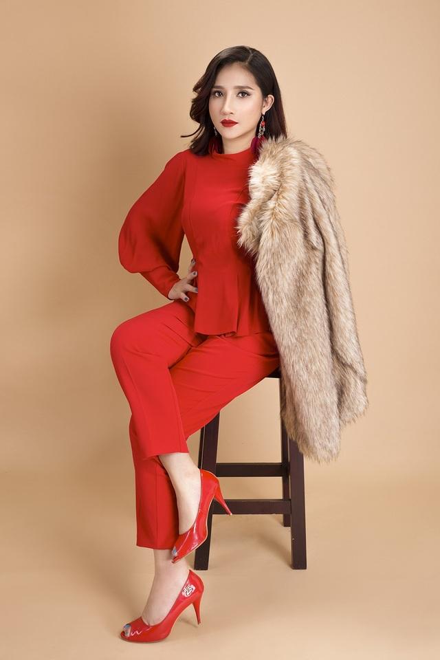 """Sự kết hợp giữa """"cây đỏ"""" cùng các phụ kiện cùng tông như giày, bông tai khiến cô mạnh mẽ, thần thái hơn hẳn."""