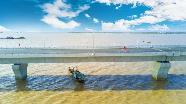 Cầu dài hơn 5 km, bề mặt rộng 16 m với 4 làn xe, giai đoạn hoàn chỉnh tăng lên 6 làn xe; được xây dựng bằng bê tông cốt thép dự ứng lực với phương pháp tiên tiến lắp ghép từng nhịp.