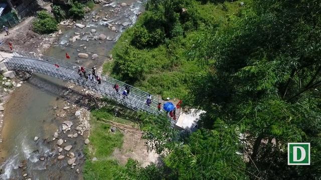 Cầu Khuyến học và Dân trí thứ 13 tại xã Hữu Khuông, huyện Tương Dương, Nghệ An nhìn từ Flycam.