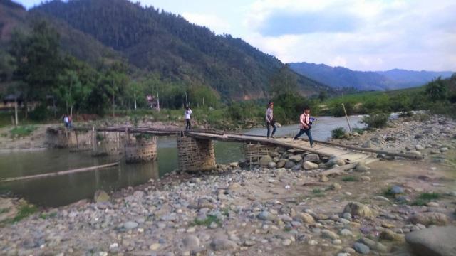 Đây là đoạn suối Ngòi Hút ở thôn 6, xã Phong Dụ Thượng, khi mà cây cầu tạm do người dân tự làm vẫn chưa bị lũ cuốn trôi