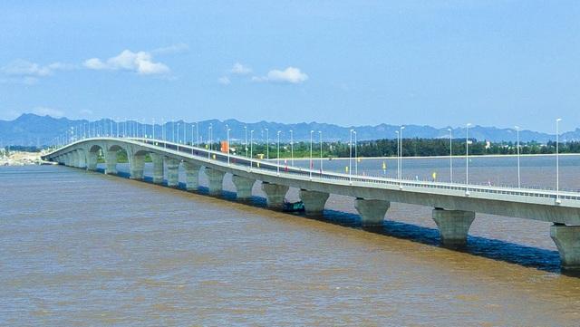Theo thiết kế cầu có tổng chiều dài 15,6km với phần vượt biển dài 5,44km, đường dẫn ở 2 phía đầu cầu dài 10,19km, đường đạt tiêu chuẩn cấp 3 đường đồng bằng, tốc độ thiết kế là 80km/giờ, gồm 4 làn xe chạy.