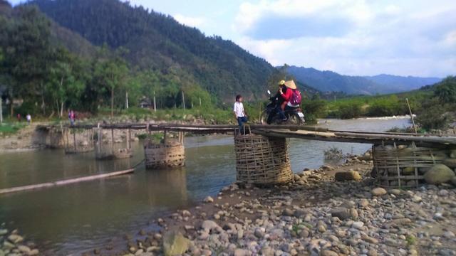 Mỗi ngày có hàng trăm lượt học sinh đến trường vượt qua sông nhờ cây cầu tạm này