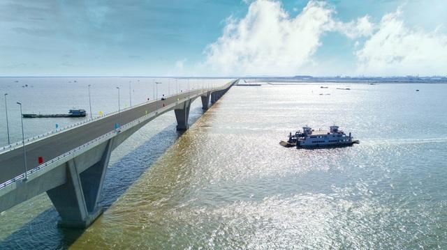 Vẻ đẹp bất ngờ của cầu vượt biển dài nhất Việt Nam - 8