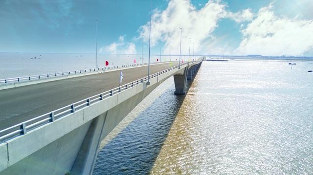 Vẻ đẹp bất ngờ của cầu vượt biển dài nhất Việt Nam - 9