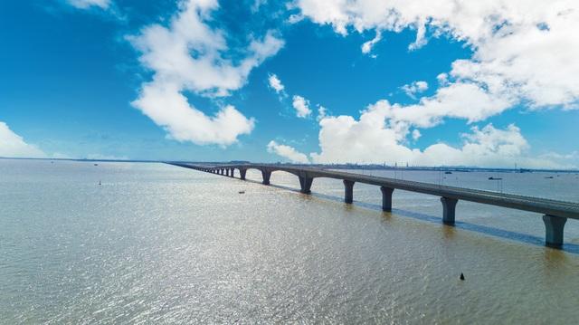 Vẻ đẹp bất ngờ của cầu vượt biển dài nhất Việt Nam - 10