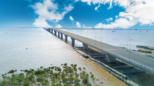 Vẻ đẹp bất ngờ của cầu vượt biển dài nhất Việt Nam - 11