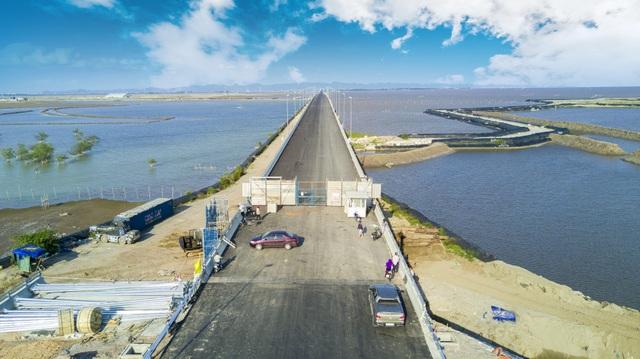 Công trình đang được hoàn thiện những công đoạn cuối cùng trước khi cây cầu được khánh thành dự kiến vào 2/9 năm nay.