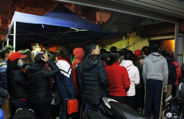 Đêm muộn, hàng nghìn người vẫn đợi cầu an ở chùa Phúc Khánh - 8