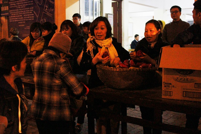Đêm muộn, hàng nghìn người vẫn đợi cầu an ở chùa Phúc Khánh - 9