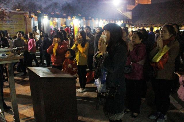 Ngày 10/2 (tức 14 tháng Giêng) hàng ngìn người đổ về chùa Phúc Khánh dự lễ cầu an. Đến 21 giờ lượng người đổ về đây vẫn rất đông.