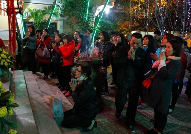Đêm muộn, hàng nghìn người vẫn đợi cầu an ở chùa Phúc Khánh - 4