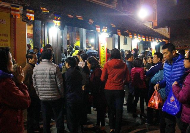 Dù lượng người đến chùa vẫn rất đông nhưng so với ban ngày đã giảm nhiều.