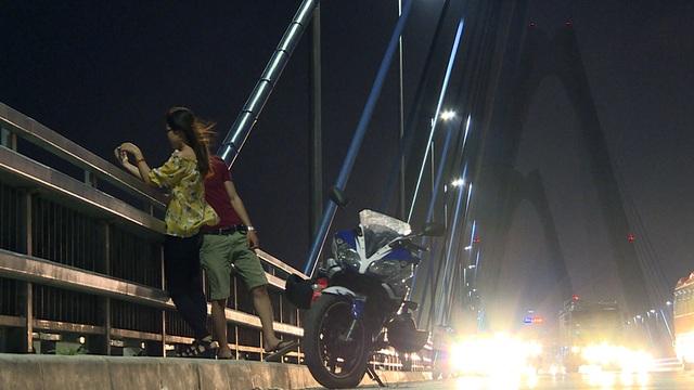 Từ năm 2016 đến nay, cảnh sát giao thông Hà Nội đã kiểm tra và lập biên bản xử phạt hơn 100 trường hợp dừng, đỗ trên cầu. Trong đó, ôtô đỗ dừng trên cầu bị xử phạt từ 600.000 - 800.000 đồng, còn xe máy vi phạm bị phạt từ 300.000 - 400.000 đồng.
