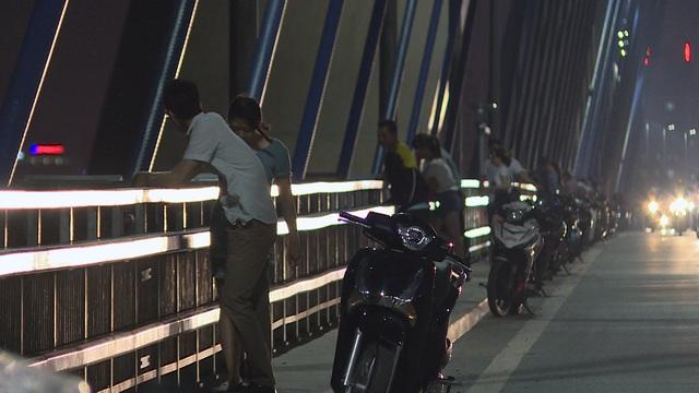 Những ngày thời tiết oi nóng, luôn có hàng dài xe máy dừng đỗ lại trên cầu Nhật Tân.