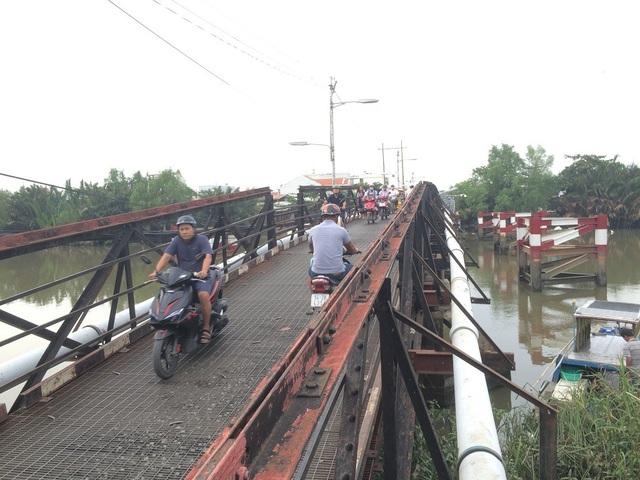 Cầu sắt Phước Kiển xuống cấp từ lâu nhưng chưa được xây mới, gây nguy hiểm cho người qua lại