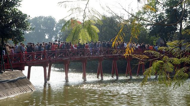 Mướt mồ hôi chen chân lễ đền Ngọc Sơn đầu năm mới - Ảnh 1.