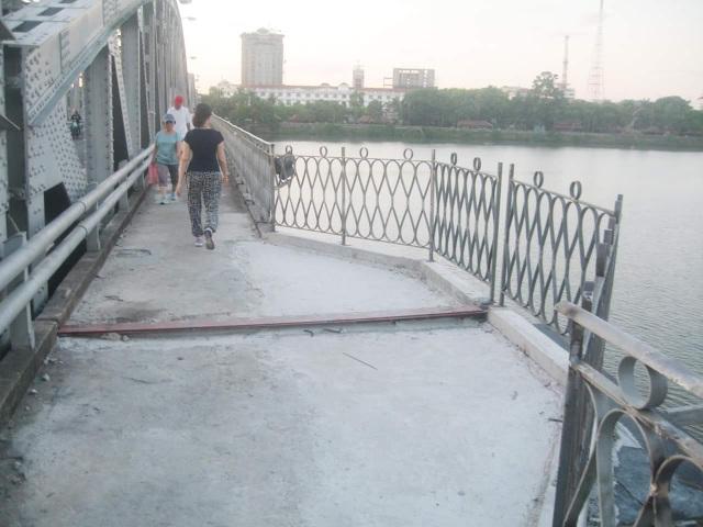 Hệ thống ban công đang được làm lại tại cầu Trường Tiền (ảnh: BS Nguyễn Võ Hinh)
