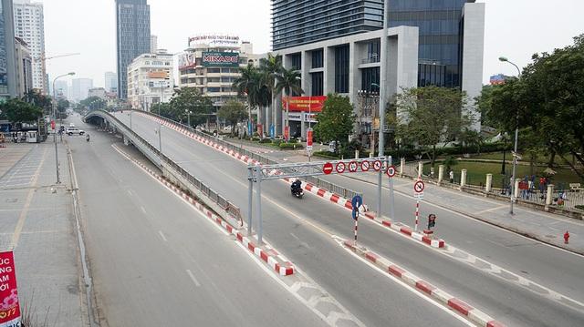 Cầu vượt nút giao Thái Hà cũng trở nên rộng rãi, khác hẳn với vẻ đông đúc, tập nập hàng ngày.