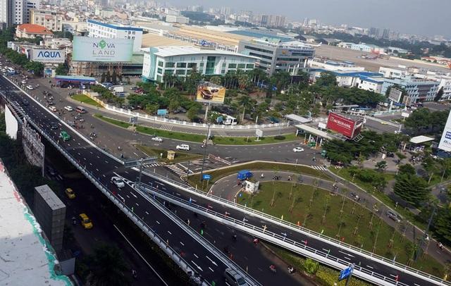 Cầu vượt đường Trường Sơn có 2 nhánh dẫn vào sân bay Tân Sơn Nhất (ảnh Quốc Anh)
