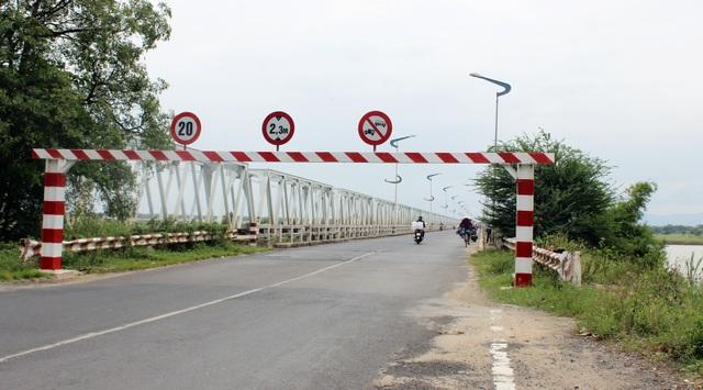 Barie được thiết lập để giới hạn các phương tiện có trọng tải lớn đi qua cầu Đà Rằng cũ