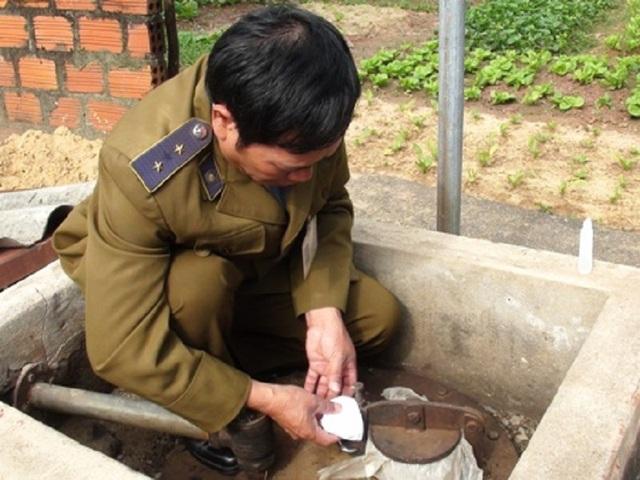 Trước đó, lực lượng chức năng tỉnh Quảng Bình cũng đã đóng cửa một đại lý xăng dầu tự nâng gia bán (Ảnh: Đặng Tài)