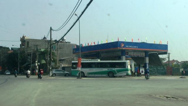 Do phê duyệt cho cây xăng nằm ở vị trí giao nhau giữa đường mới lên khu đô thị An Hoạch và đường Nguyễn Trãi nên việc cơ quan chức năng cấm cây xăng đấu nối ra đường Nguyễn Trãi là điều khó thực hiện.