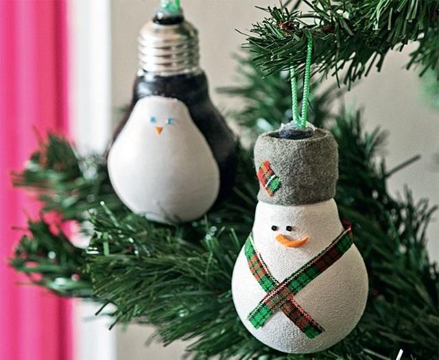Một chú người tuyết đáng yêu hoàn toàn có thể được làm từ những chiếc bóng đèn dây tóc cũ, hỏng ở trong nhà bạn.