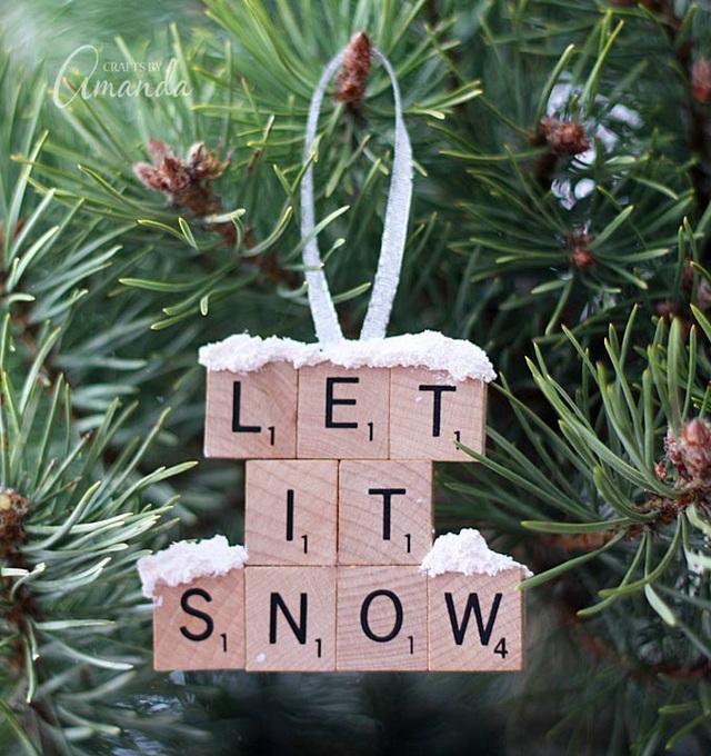 Nếu bạn vẫn còn giữ những bộ đồ chơi ghép chữ cũ mà lũ trẻ không còn dùng tới nữa, hãy biến hóa chúng thành thông điệp ý nghĩa để treo trên cây thông nhà mình.