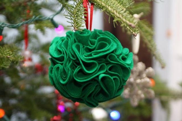 Chỉ cần tận dụng những mảnh vải thừa hoặc quần áo cũ, là Noel năm nay bạn sẽ không phải tốn tiền để mua những trái châu cho cây thông nhà mình.