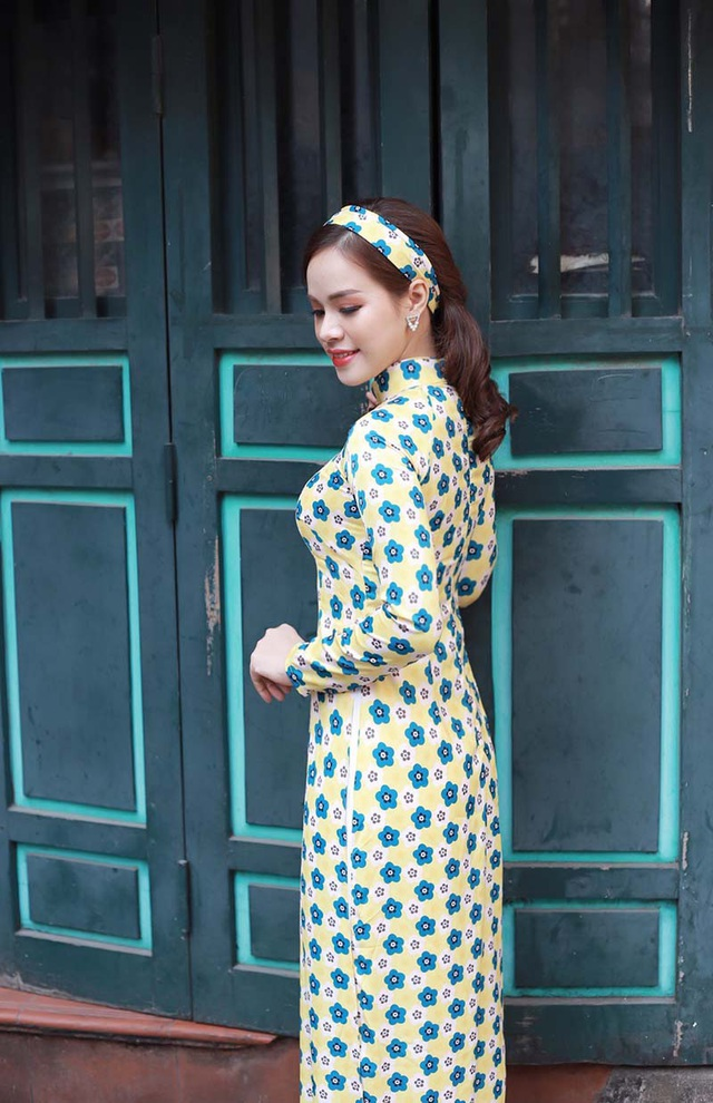 Giang Hồng dành niềm thương mến mãnh liệt với tà áo dài Việt Nam, cô cảm nhận được sự tươi trẻ, sức sống khi mặc lên mình chiếc áo dài.