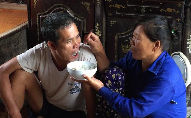 """Ông Phú bị thần kinh, trong quá trình làm hồ sơ hưởng chế độ khuyết tật, gia đình ông đã phải """"mất phí"""" 6 triệu đồng."""