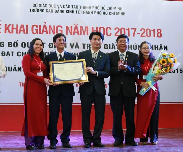 Trường CĐ Kinh tế TP.HCM đón nhận chứng nhận Chứng nhận đạt chuẩn kiểm định chất lượng giáo dục trong lễ khai giảng năm học 2017-2018