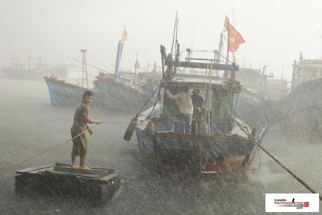 """Ở chủ đề cuối cùng """"Con người và Biển cả"""", Đậu Quyết Thắng là người giành chiến thắng với tác phẩm chụp trong chiều giông bão"""