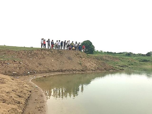Tình trạng bờ sông Lam lở ăn vào đất sản xuất của người dân.