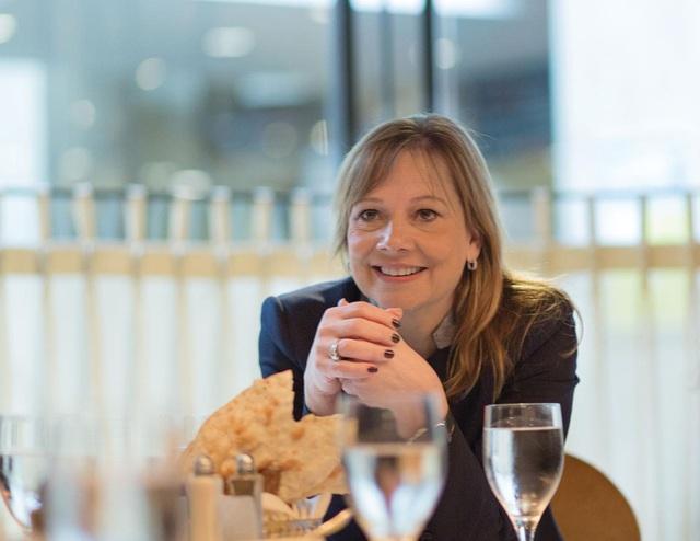 12 giờ trưa: Ăn trưa nhanh tại nhà hàng với các nhân viên nữ. Bà phản đối việc tổ chức ăn tối kết hợp bà công việc vì cho rằng làm như vậy là gây khó cho những người đã có gia đình.
